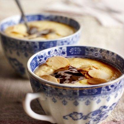 Amandelgriesmeel Breng de melk aan de kook en roer het griesmeel, een snuf zout en de suiker er goed doorheen. Laat op een lage stand 10 minuten al roerend garen. Rooster het amandelschaafsel goudbruin in een droge koekenpan. Schep de warme griesmeel in schaaltjes of kopjes en schep er een lepel bosbessenjam op. Bestrooi met de amandelen.