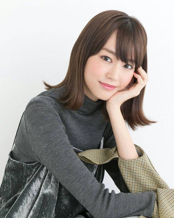 黒い服を着た桐谷美玲