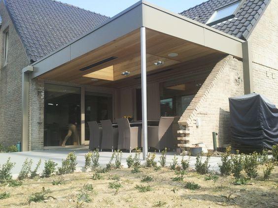 Overdekt terras met plat dak en lichtstraat in het dak de kopse kanten werden afgewerkt met alu - Overdekt terras in aluminium ...