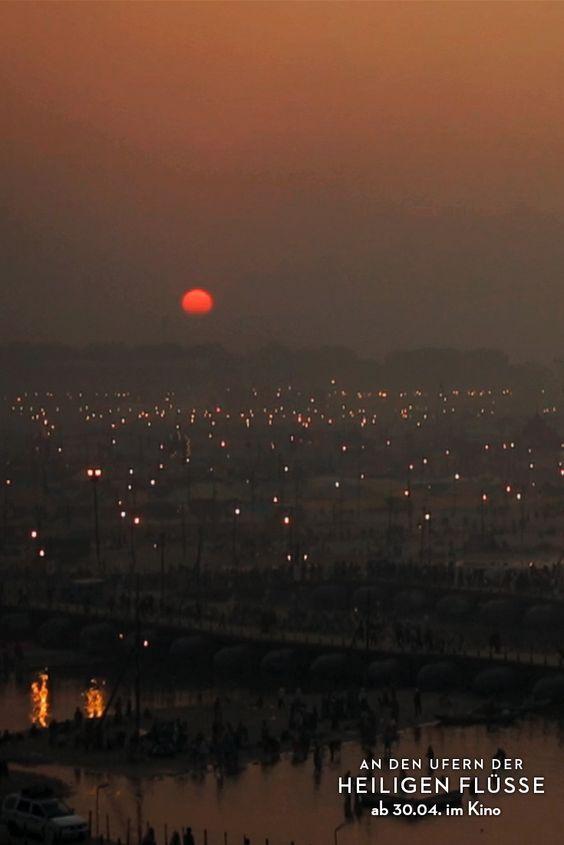 Sonnenuntergang während des KUMBH MELA (größtes religiöses Festival der Welt) 2013 in Allahabad. (Filmstill)
