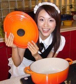 本田朋子キッチンでメイドファッション