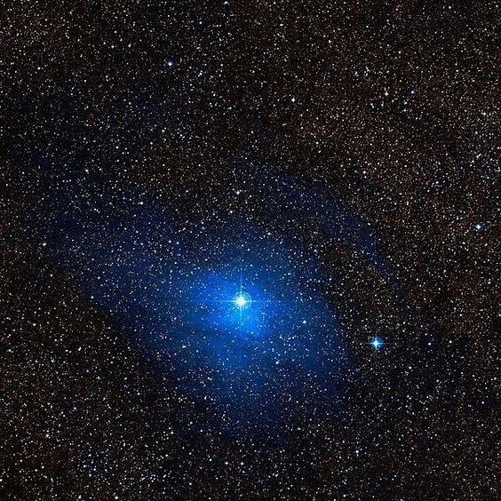 Nebulosa vdB 124 (Incluida en IC 1287). La nebulosa IC 1287 tiene una forma alargada, con una rama como un cirrus extendió hacia el norte; su parte central tiene un código separado y está catalogado como vdB 124. La estrella reponsable de la iluminación HD 170 740, una estrella azul.