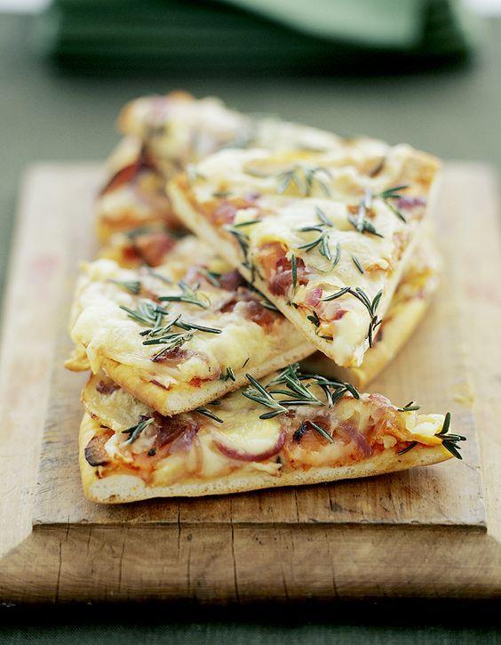 Recette Pizza aux 4 fromages : Allumez le four à 240 °C (th. 8). Coupez la mozzarella en tranches de 1/2 cm et égouttez-les sur plusieurs épaisseurs de papi...