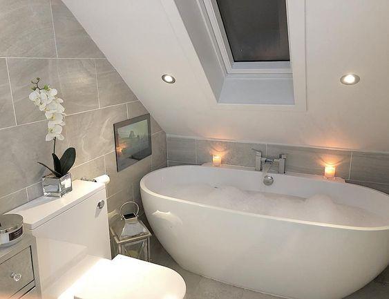 Bad onder een schuine wand in een kleine badkamer