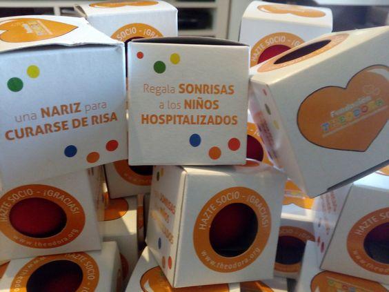 Regalo solidario Fundación Theodora. Con la compra de estos regalos solidarios haces posible que los Doctores Sonrisa visiten a los niños ingresados en los 20 hospitales en los que trabajan. Boda Alberto & Ronak, 14 de mayo 2016.