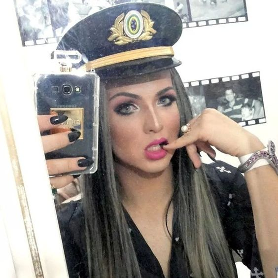 Laura Kardashiam ~ Boa noite que nossas energiar se renovem a cada dia =) Quem e de verdade sabe muito bem quem e de mentira. #sdv #style #police #makeup #diva #deusaqueen #blondgirls #fallowme...