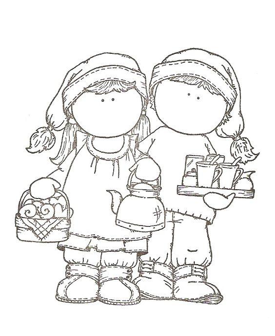 Niño y niña con  tetera