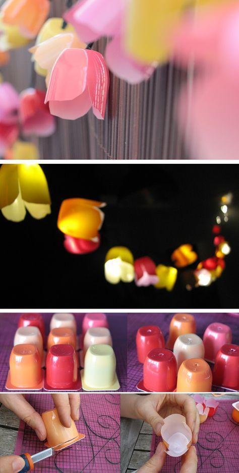 Guirlande lumineuse d'extérieur fleurie imitation tulipe faite avec des pots de petits suisses colorés (un pour chaque ampoule) - tutoriel: