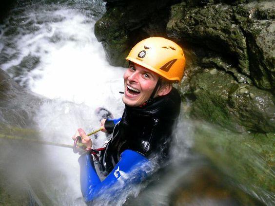 Adrenalin, Spaß und nasse Füße. Rein ins Canyoning Abenteuer und den Alltag vergessen. Jetzt Actiontickets sichern und abschalten.