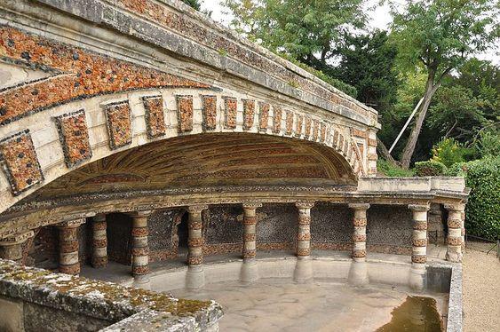 Nymphée de Chatou.ou de Soufflot, est l'un des rares vestiges de l'art des jardins à la fin de l'Ancien Régime. C'est une grotte avec le bassin de rétention des eaux construit en 1777 par Soufflot