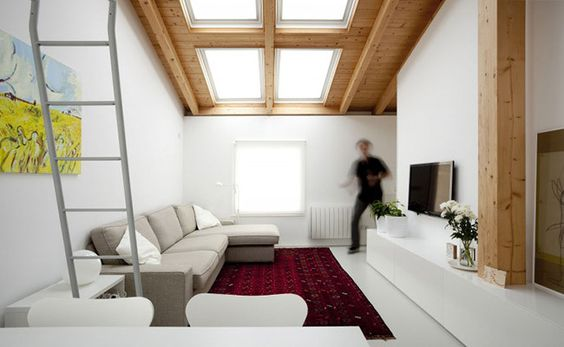Salón luminoso con techo abuhardillado
