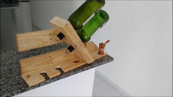 Adega feita com madeira reaproveitada de pallete.
