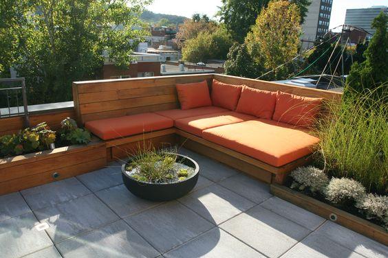 une terrasse sur le toit. Mobilier fait sur mesure en bois ...