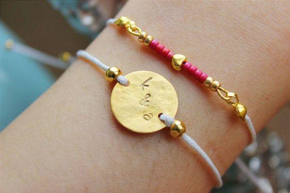 bracelet personnalisé avec or martelé pendentif + initiales <<  > Joli bracelet élégant simple pour les amoureux et meilleures amies qui veulent un bracelet qui porte ses initiales. PETIT et majuscules sont possibles, s'il vous plaît sélectionnez simplement et me donner des avis à