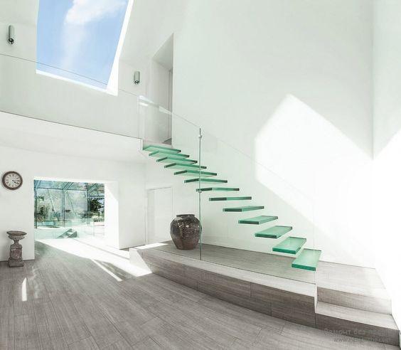 Легкая модная стеклянная лестница без перил - далеко не для каждого