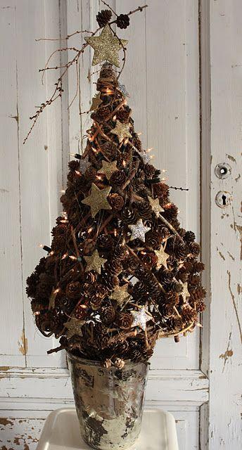 w/ WHITE pinecones; yum!: Pinecone Christmas Tree, Pinecone Tree, Country Christmas, Pinecones Tree, Christmas Trees, Stars Pinecones, Christmas Stars