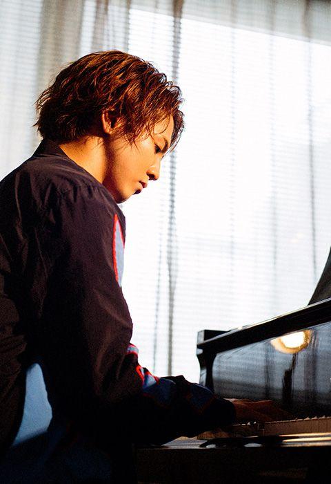 ピアノを弾く片寄涼太