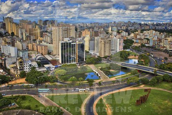 Localizado no centro de Porto Alegre, a Ponte de Pedra é um monumento histórico da cidade de Porto Alegre. Está situada no local denominado Largo dos Açorianos. Já o Monumento aos Açorianos (D) é um monumento da cidade de Porto Alegre, em homenagem à chegada, em 1752, dos primeiros sessenta casais açorianos que povoaram a cidade. A obra possui 17m de altura por 24m de comprimento.