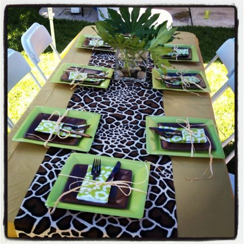 Jungle leaf runner table local fabric store for some jungle inspired fabric to create - Deco table jungle ...