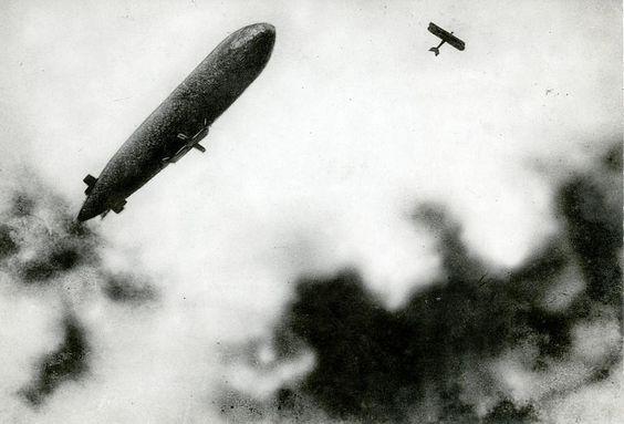 WOI: Aanval van Duits vliegtuig op Franse zeppelin / French zeppelin under attack from a German plane | par Nationaal Archief