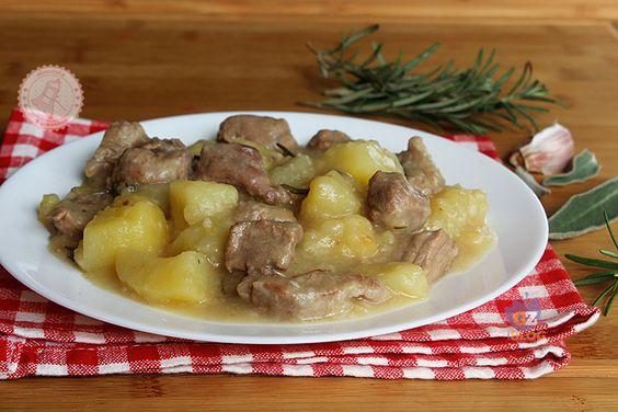Lo stufato carne e patate senza pomodoro una ricetta facile da preparare, che cuoce da sola, gustosa e con la carne morbidissima e polposa.