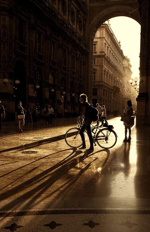 Un paseo en bicicleta por Milán es descubrir su magia en cada rincón.