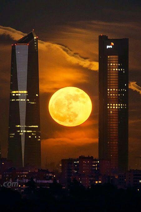 Dos de las cuatro torres de Madrid y la superluna.