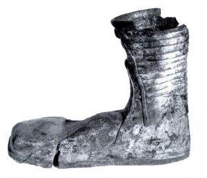 ''Este era el zapato más comúnmente usado o Calcei. Consistía en un zapato de suela gruesa con una cobertura de cuero que cubría todo el pie como una bota. Solían estar estar hechos con una piel más fina y suave. A menudo eran blancos, dorados o de vivos colores; los pensados para el invierno a veces tenían la suela de corcho.Calceus patriciusRestos que se conservan de auténticos y diferentes tipos de calceus''