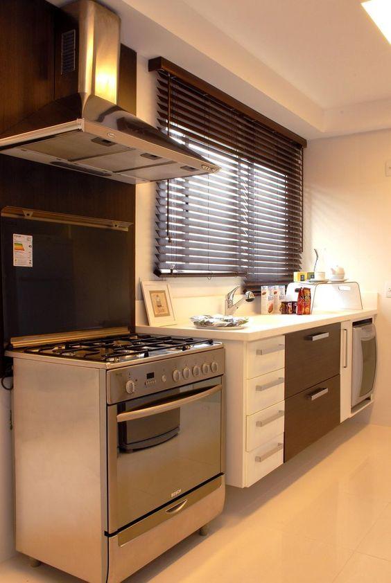 Quer ter uma linda cozinha pequena decorada na sua casa? Aprenda a usar os recursos de decoração para ampliação do ambiente. Veja como.
