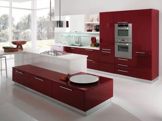 une cuisine rouge avec un dosseret de mosaïque et un îlot blancs
