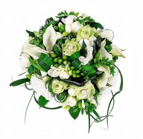 Bouquet de mariée à base de rose arums et de freesias blancs, Monceau Fleurs. Prix : 90 € @ Groupe Monceau Fleurs