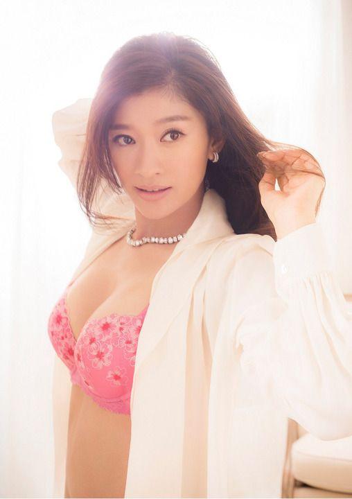 ピンクのブラをつけた篠原涼子