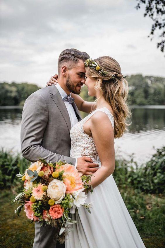 Inspiration einer Hochzeit am See in Living Coral mit freier Trauung#hochzeitamsee #lakewedding #livingcoralwedding