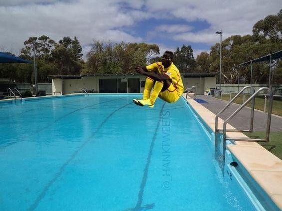 Gwiazda Włoch śmiesznie skacze na bombę do basenu • Zabawne memy • Mario Balotelli zaraz wpadnie do wody • Wejdź i zobacz więcej >>