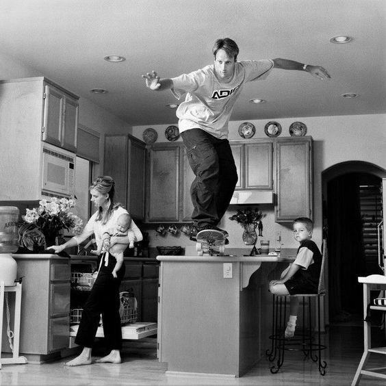 キッチンに乗る男性とスケートボード