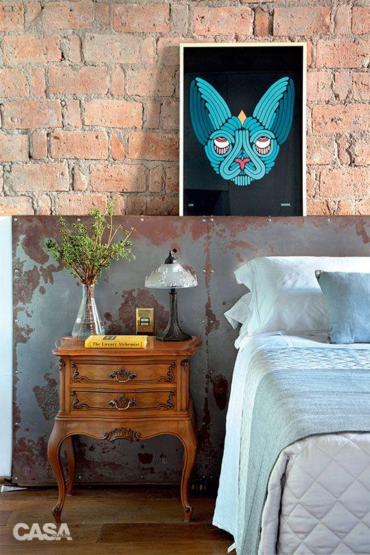 Apartamento tem jeito de loft com paredes detonadas de propósito –sem pintura e áreas descascadas.: