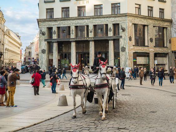 Kutschen findet man in Wien viele, eine Fahrt darin ist aber kein Schnäppchen.