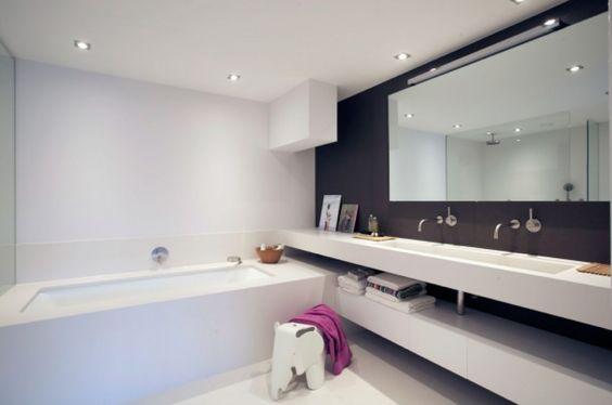 bad gietvloer grote spiegel en van muur tot muur doorlopende 39 plank 39 voor de wastafel. Black Bedroom Furniture Sets. Home Design Ideas