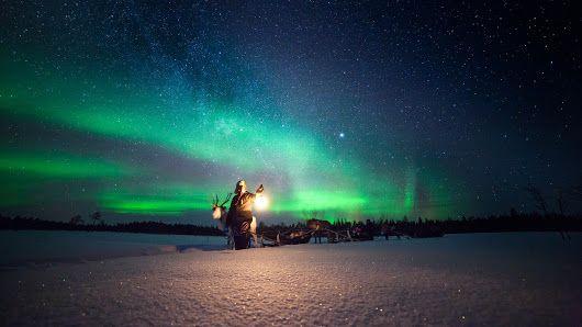 A caccia dell'Aurora Boreale | Le luci del nord per riscardare le notti polari http://www.viaggidellelefante.it/aurora-boreale L'aurora boreale, denominata anche aurora polare, è un fenomeno ottico: il cielo si infiamma di veli luminosi di colore verde, azzurro e rosso, chiamati archi aurorali. Le sinuose forme scivolano sospese nell'aria, e mutano ipnotizzando chi le ammira. Queste fasce luminose sono visibili solo nelle zone vicino ai poli terrestri, come l'Islanda, la Groenlandia, la…