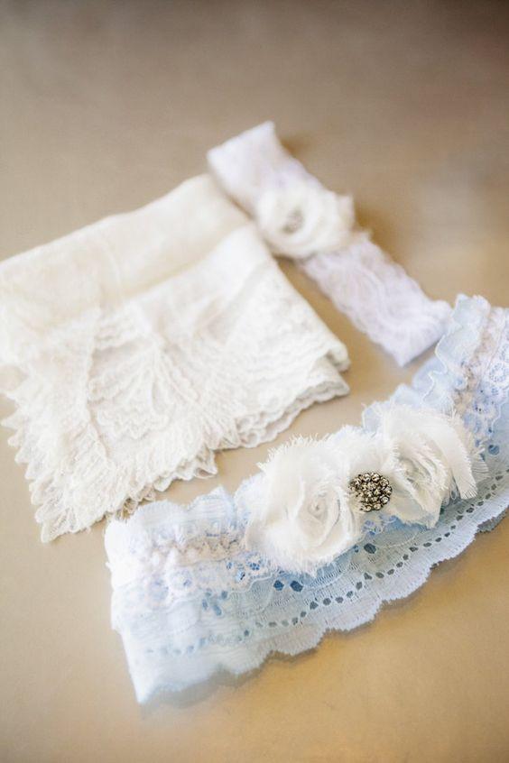 """Pin for Later: 23 süße Ideen, """"etwas Blaues"""" an eurem Hochzeitstag zu tragen Ein blaues Strumpfband Foto von Catherine Hall Studios via Style Me Pretty"""