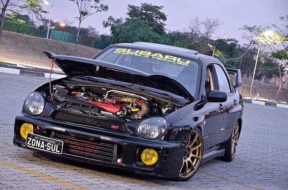 """Impreza WRX ganha 480cv, rodas 18 e detalhes do STI - Esse carro já teve o motor danificado duas vezes, agora foi montado por um especialista e sua nova potência dura mais de três anos. Porém, quem mais pilota é a """"patroa"""". Confira! Apoio: Subaru Custela Team BR"""