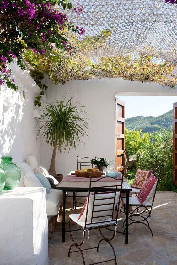 Un patio mediterráneo  Olivos, naranjos, limoneros y, por supuesto, la bungavilla fucsia, son los árboles imprescindibles en patios mediterr...