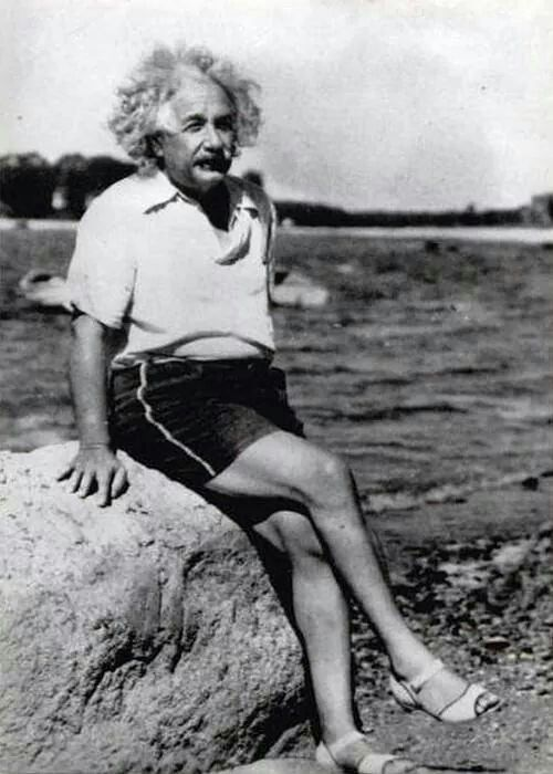 大きな岩に座っているアルベルト・アインシュタインの壁紙・画像