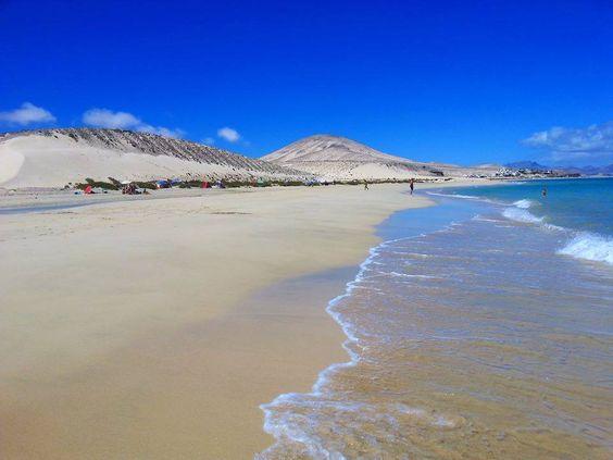 Playas de Sotavento Aguas cristalinas de color turquesa y calas que no tienen nada que envidiar a las islas del Mediterráneo.  Fotos de Home Canarias