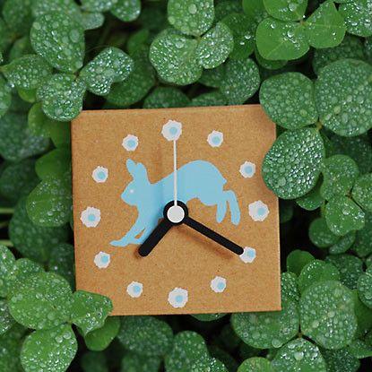 *オリジナルデザインの素朴な手作りダンボール時計です。◎盤面はかわいいウサギをシルク印刷しています。◎箱の組み立てから印刷まで手作りでおこなっています。◎同じ...|ハンドメイド、手作り、手仕事品の通販・販売・購入ならCreema。