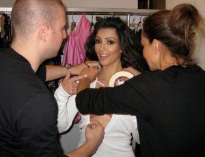 Kim Kardashian revela o truque para manter os seios lá em cima mesmo sem sutiã