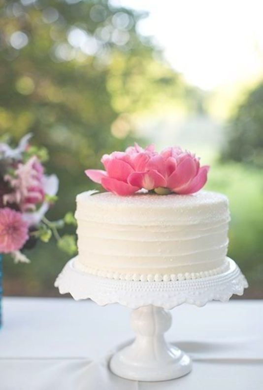 A One Tiered White Wedding Cake Topped With Fresh Flowers Fresh Flower Cake Simple Wedding Cake Wedding Cake Tops
