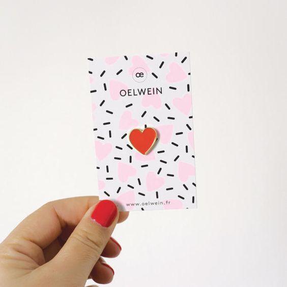 Adorable pins COEUR rouge Cet adorable pins sera parfait sur votre veste en jean ou sur un tote bag ! Vous pouvez aussi lépingler sur le col de votre chemise.  Cest un cadeau parfait pour votre valentine, votre meilleure copine, votre maman pour la fête des mères ou votre nièce préférée :)  Vous avez aussi la possibilité de personnaliser la carte pour un enterrement de vie de jeune fille ou faire des cadeaux de mariage : nhésitez pas à me contacter !  Métal finition or et émail coloré rouge A...: