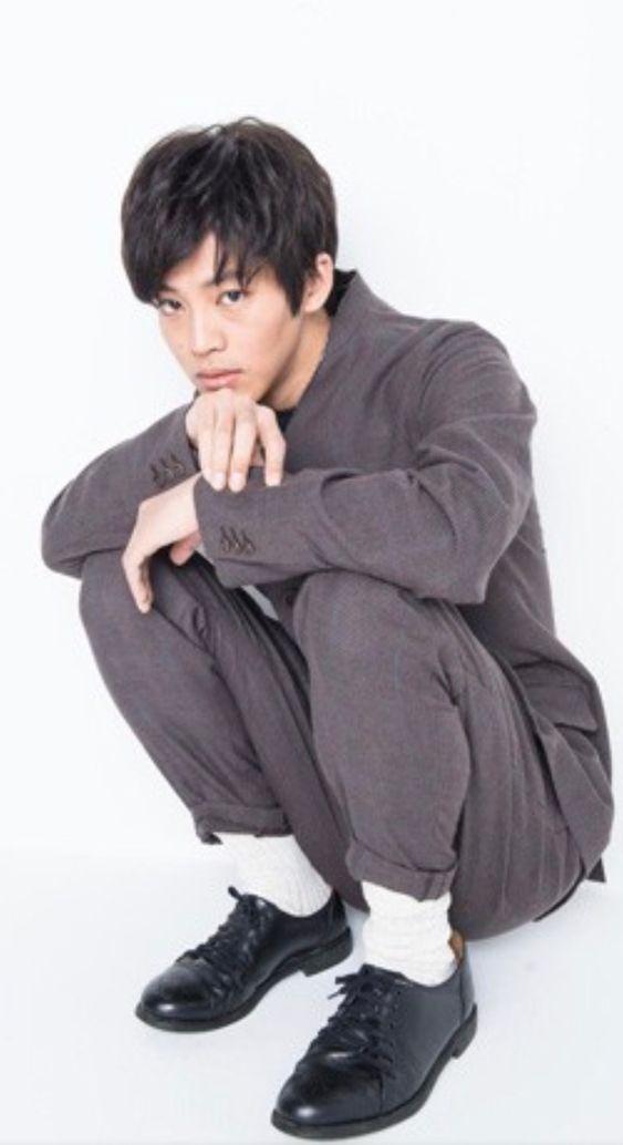 グレーのスーツを着た松坂桃李