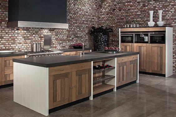Een houten keuken is een echte sfeermaker. Een houten keuken uit onze werkplaats garandeert maatwerk van topkwaliteit, gezelligheid, karakter en warmte.